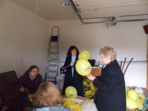 Produkujemy baloniki dla uczestników marszu.